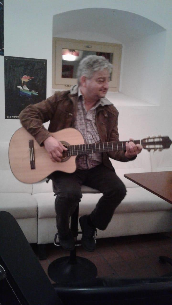 Társkereső oldal gitáros