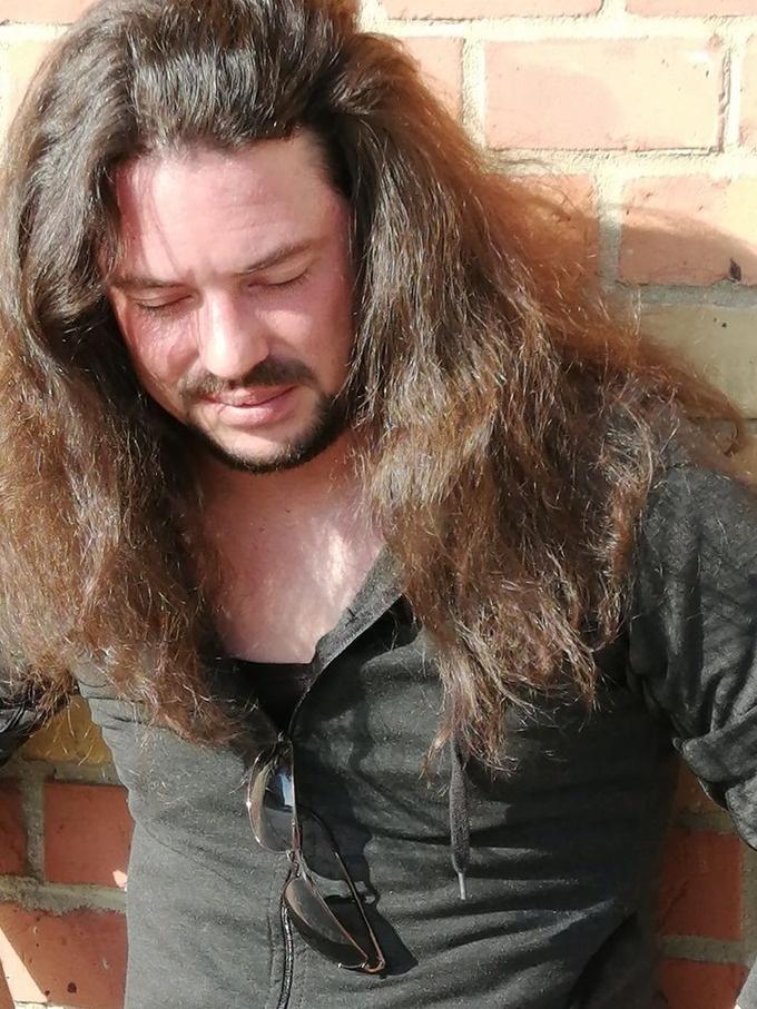 férfi társkereső hosszú haj)